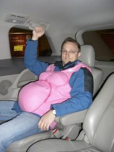 Mathias im Schwangerschaftsanzug