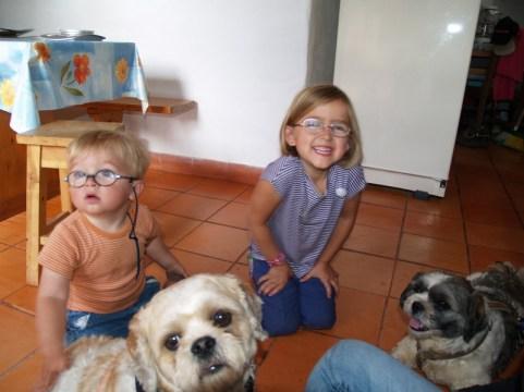 Lucas spielt mit den Hunden in Villa de Leyva