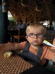 Lucas in Kolumbien, wartet aufs Essen
