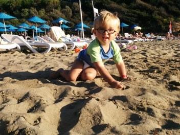Lucas vergnügt am Strand