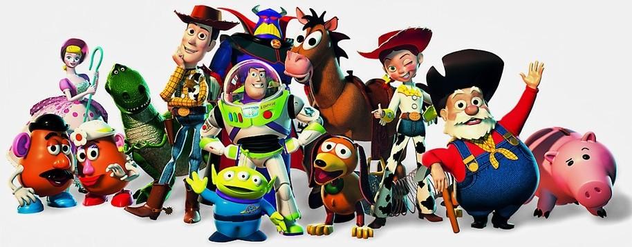 Todos os personagens de brinquedo da série de filmes Toy Story estão juntos como que posando para uma foto: lá estão o cowboy, o pouquinho, a bailarina, o burro, o astronauta e o velho cowboy - todos em pose e sorridentes.
