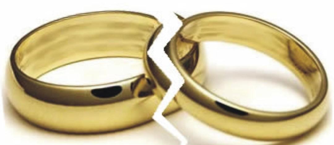 imagem de duas aliaças de ouro, divididas ao meio como se estivessem quebradas