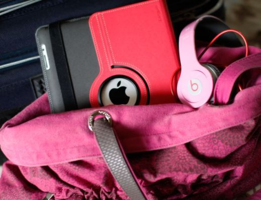 Bolsa rosa pink de tecido. Dentro tem um Ipad tb com capa rosa e um fone de ouvido. Bagagem perfeita para uma adolescente em férias