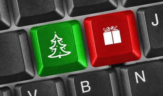 a imagem mostra parte de um teclado de computador sendo que uma tecla foi substituída por um pinheiro de natal e a outra por um presente. Uma tecla verde e outra vermelha.