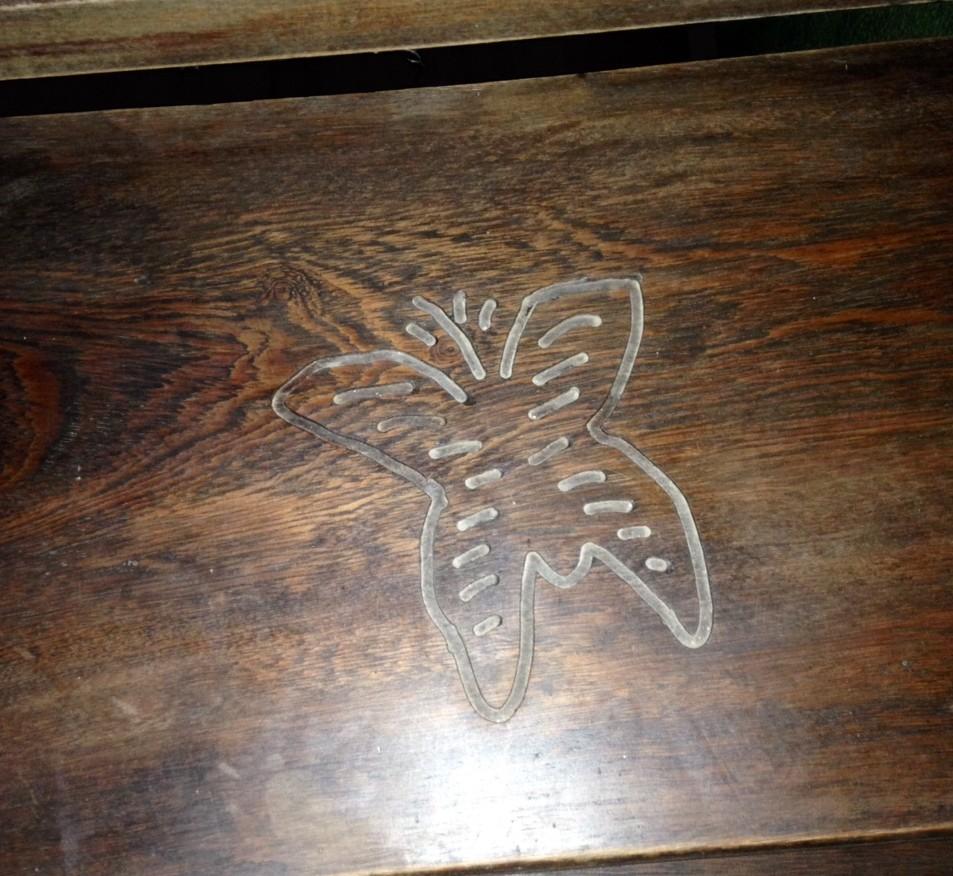 detalhe de um degrau em madeira, do Hotel Aquiraz, em Fortaleza, onde está esculpida uma borboleta.