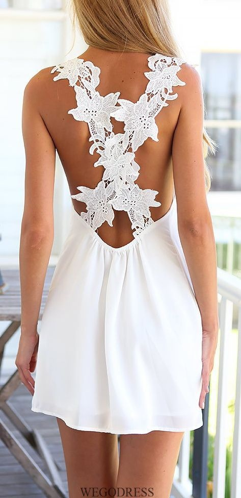 1b54f945c3 modelo está de costas e exibe um vestido branco muito simples com as largas  alças de