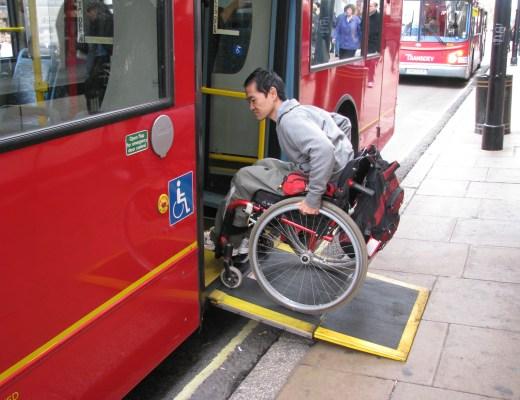 Cadeirante (Ricadro Shimosakai), sobe a rampa de um ônibus , cor vermelha.