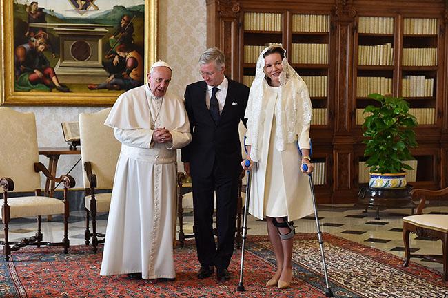 Em audiência protocolar no Vaticano, Sua Santidade Papa Francisco, recebe o Rei Philippe da Bélgica, que usa terno escuro, e gravata cor preta e Rainha Mathilde, que veste conjunto cor creme claro e usa véu rendado, na cor branca, na cabeça