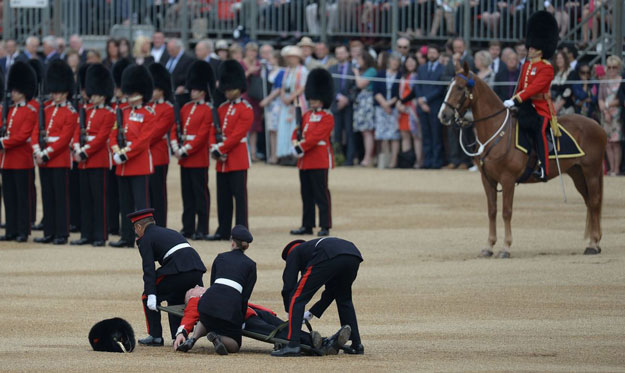 uk-queens-guard-faints-2afp