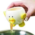 um porquinho de cerâmica com a parte de baixo furada de modo que serve de separador de clara de ovo.
