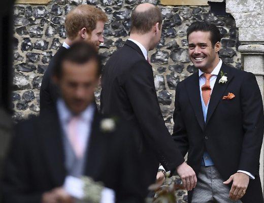 Os príncipes britânicos , usando fraque, chegam para o casamento de Pippa Middleton numa igreja do interior da Inglaterra.