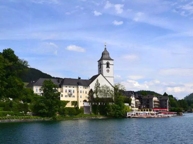 Sankt Wolfgang am Wolfgansee vom See aus gesehen