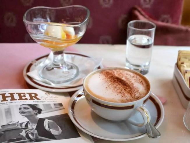 Ei im Glas; meine Salzburger Frühstückskaffeehäuser, Café Sacher