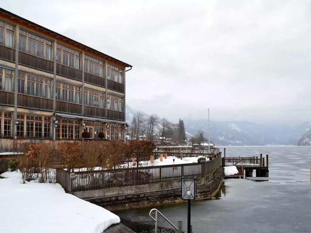 Außenansicht Seehotel Grundlsee im Winter