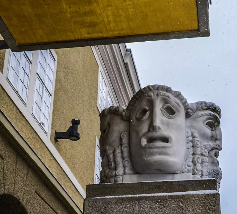 Skultur eingang Großes Festspielhaus Salzburg