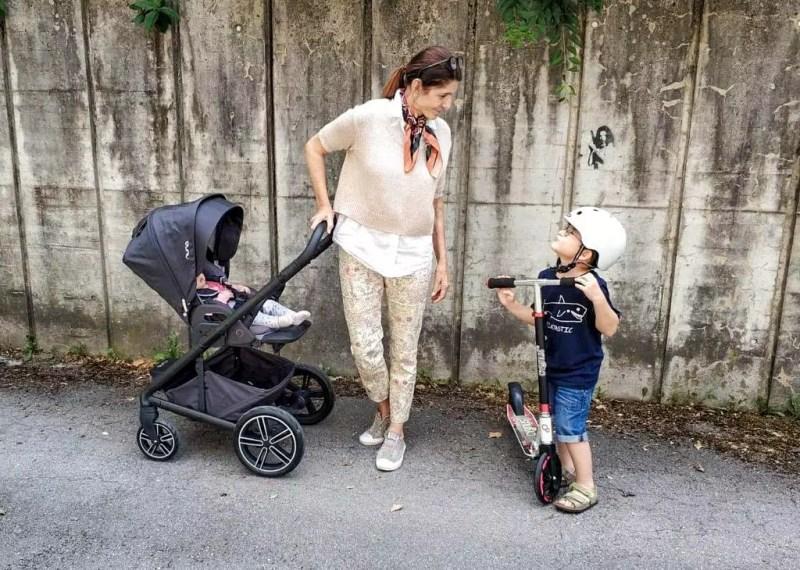 Großmutter und Enkelkinder. Kinderwagen Nuna Mixx