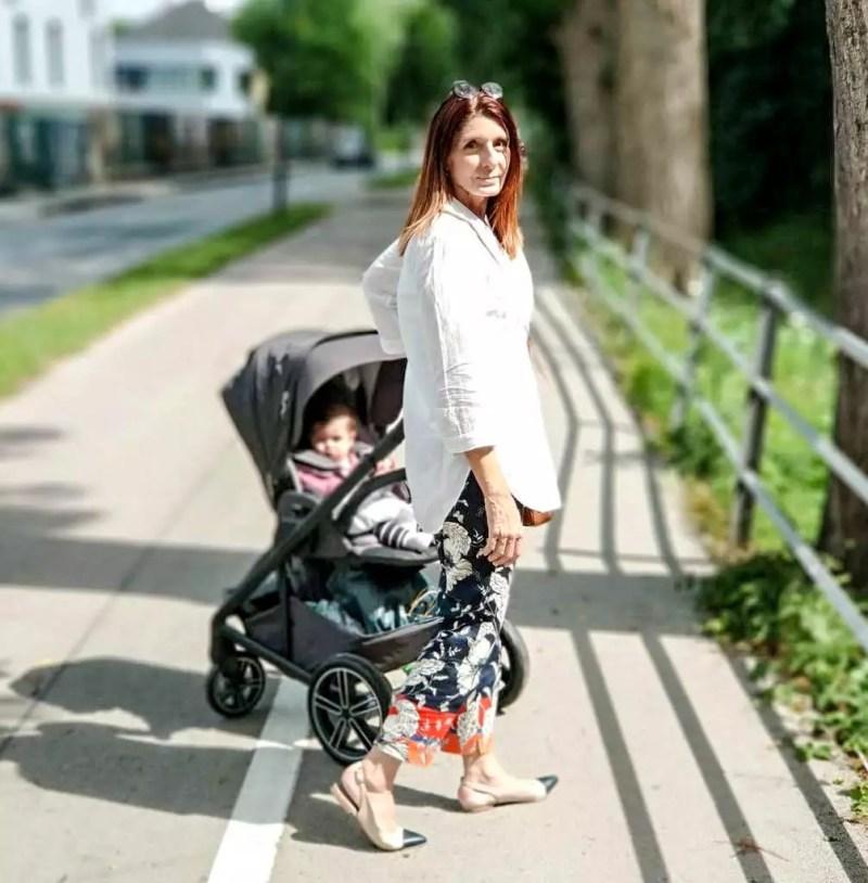 Frau mit Kinderwagen Nuna Mixx