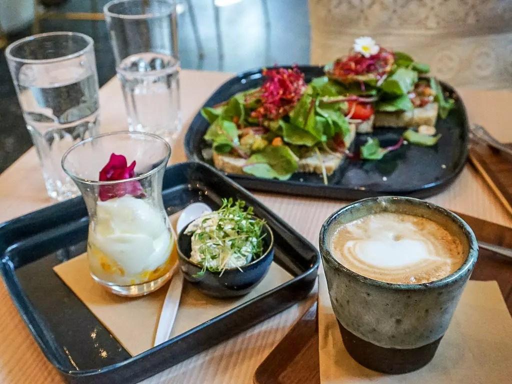 Frühstück im Cafe 220 Grad Nonntal