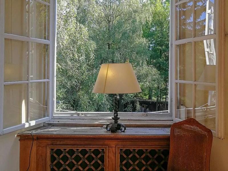 Fenster mit Lampe im Schloss Leopoldskron