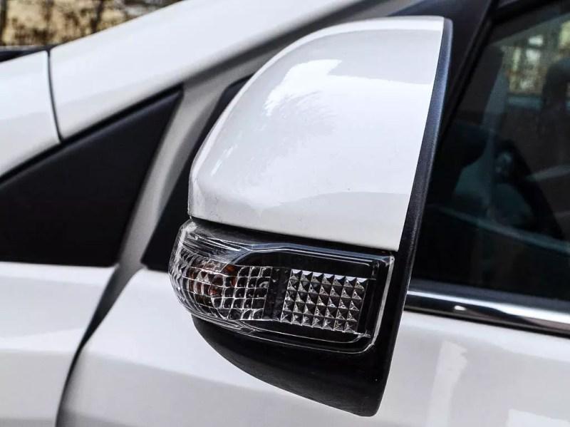 Seitenspiegel weißer Toyota Auris 1,33 5 Active
