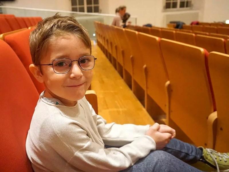 Kind bei einer Aufführung im Publikum