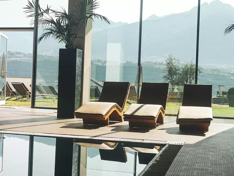 Indoor Pool mit Liegen