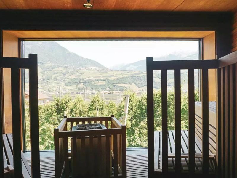 Sauna mit Blick auf Apfelbäume