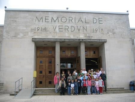Les colons devant le mémorial