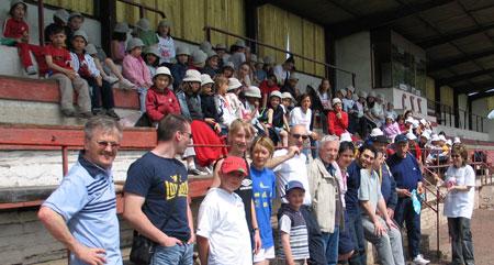 Une centaine de personnes réunies dans les gradins du stade de la vieille usine pour le barbecue ...