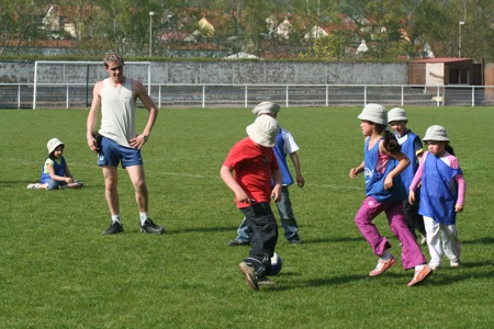 Durant l'après-midi les enfants ont pu pratiquer du football ....