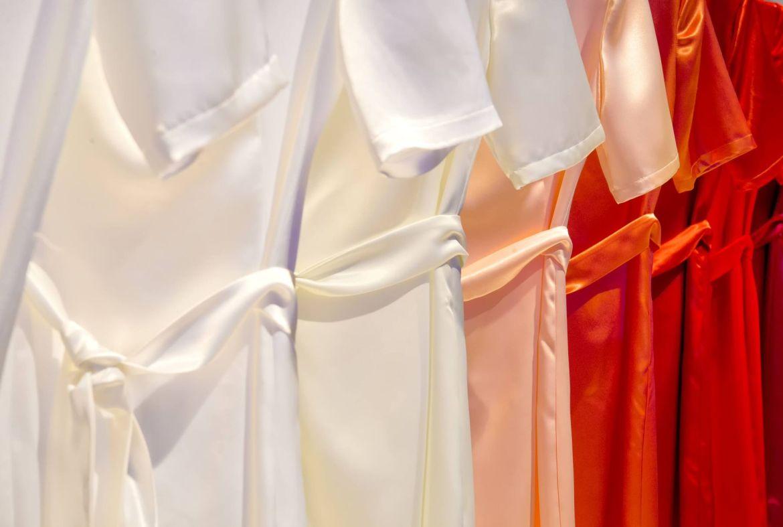 Cách bảo quản lụa tơ tằm: Treo hoặc cuộn gọn trang phục lụa tơ tằm