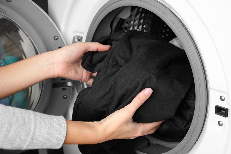 Cho quần áo đen vào máy giặt