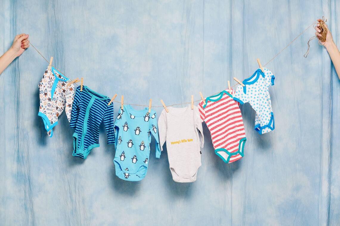 Phơi quần áo của trẻ ở nơi thoáng mát và tránh ánh nắng trực tiếp gây hư hỏng quần áo