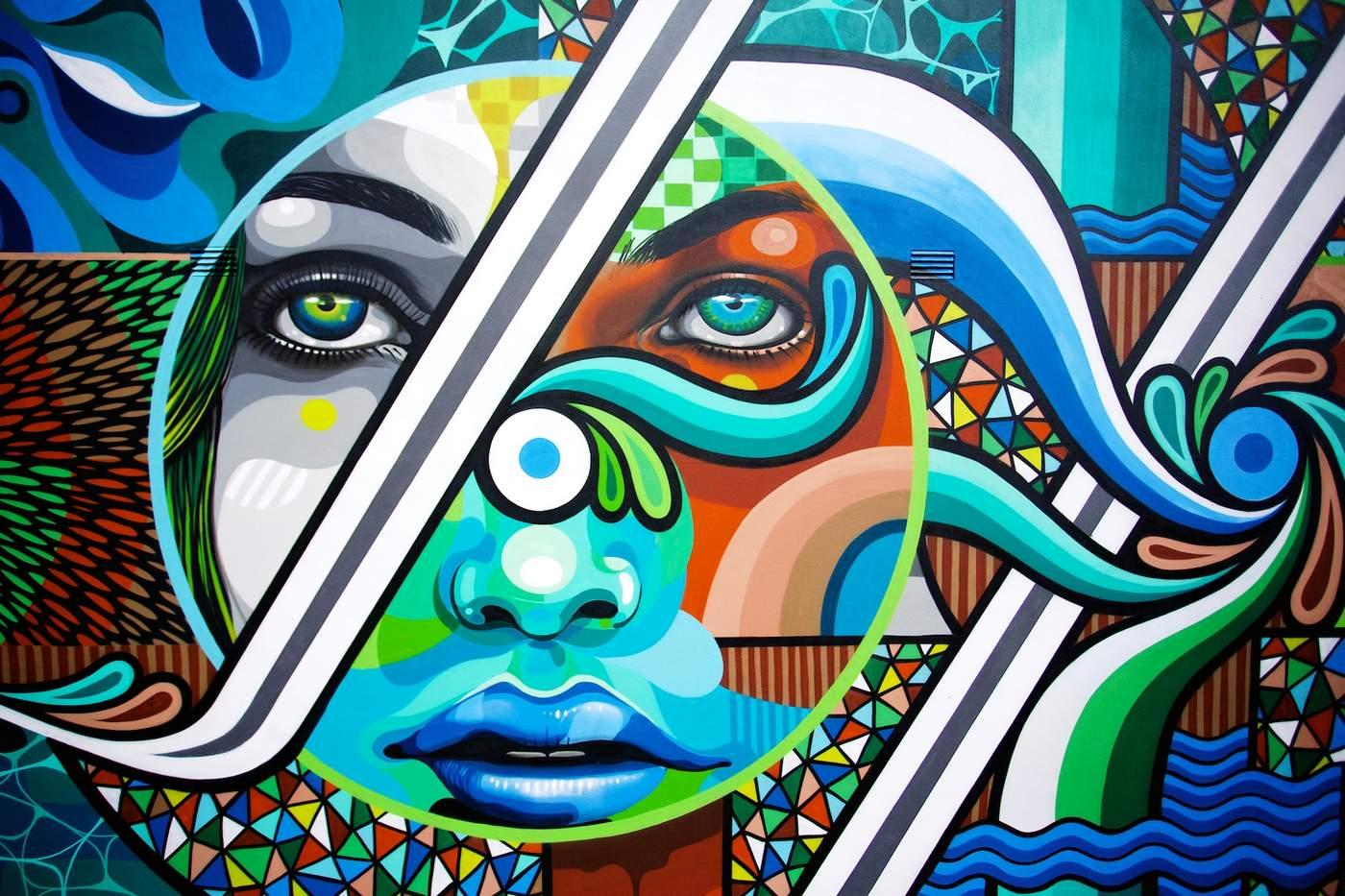 vrouw met abstracte figuren