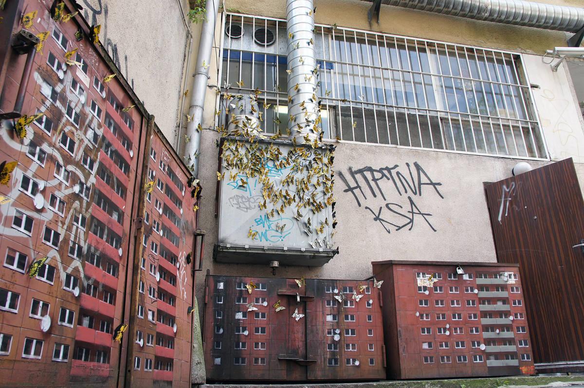 Flatgebouw op elektriciteitskasten