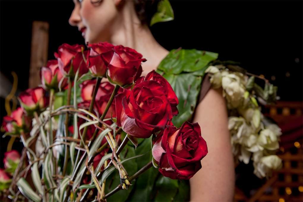 waaier van rozen gebonden met stengels