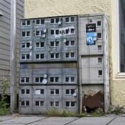 Flatgebouw in straat met stencilart