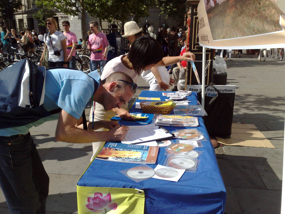 Passersby sign to support Falun Gong