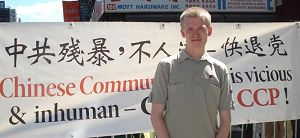 二零一零年九月四日,面带羞涩的年轻人约翰第一次来到曼哈顿的唐人街,用善心向中国人讲真相。