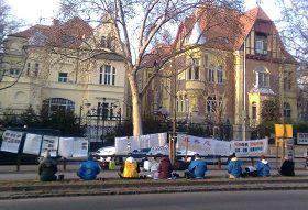 匈牙利首都布达佩斯,法轮功学员在中使馆门前和平反迫害。