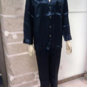 un pigiama donna in pura seta blu