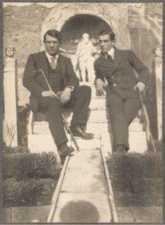 Pablo Picasso e Léonide Massine nel giardino della casa di Marco Lucrezio aPompei fotografati da Jean Cocteau nel1917