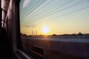 車窓から眺める日没