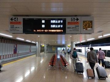 久しぶりの成田空港駅。新幹線規格で設計されているのでやたらと広い