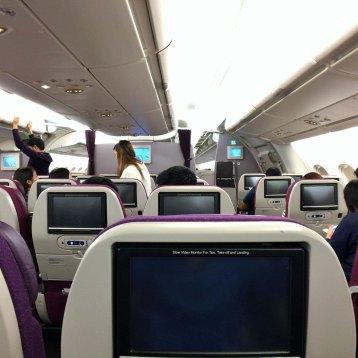 2時間遅れで東京行きに乗り込む。A380のおかげでか足元がやたらに広い