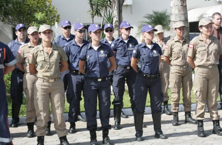 agentes de transito entre policiais militares na solenidade foto silvia bomm