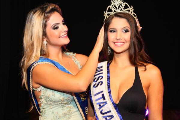 Amanda Gastaldi eleita Miss Itajaí 2013, recebeu a coroa de Maria Eduarda, Miss Itajaí 2012. Crédito: Jonnes David
