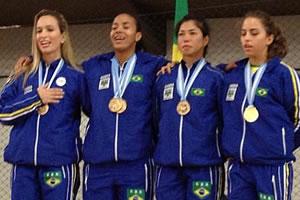 Da esquerda para a direita, Natália Brozulatto é a primeira atleta e Valéria Kumizaki é a terceira. Crédito: Divulgação