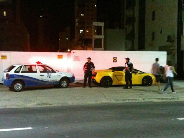 A foto foi tirada antes do condutor chegar ao local e atentar contra os agentes. Foto: BC da Deprê / Reprodução