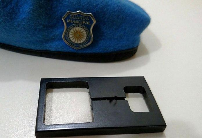 Peça plástica que estava acoplada no equipamento para a prática do golpe. (GMBC/divulgação)